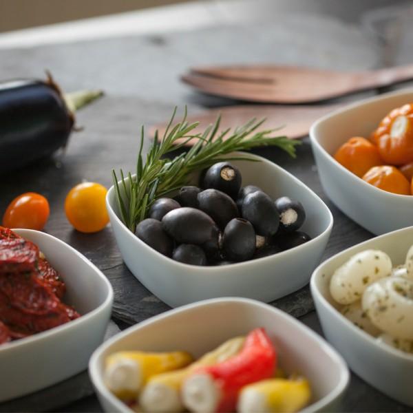 Schwarze Oliven gefüllt mit Frischkäse in Kräuteröl
