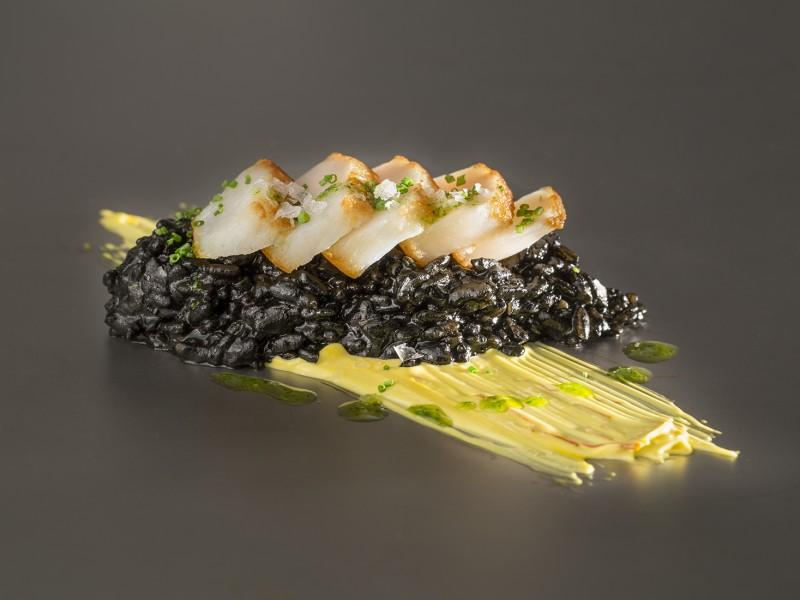 media/image/Vieira-con-arroz-negro-y-alioli-de-azafr-n-PremiumShellfish-f-r-Story.jpg